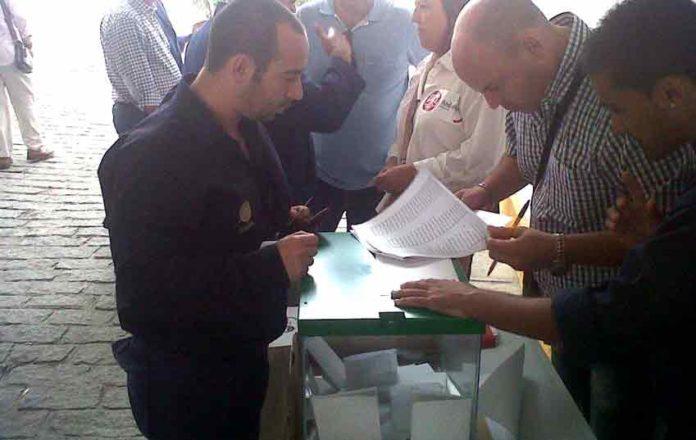 Un empleado de la Maestranza deposita su voto.