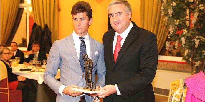 Daniel Luque recibe uno de los premios de manos del alcalde de Almodóvar del Campo (Ciudad Real).