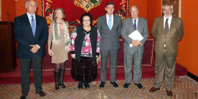 Acto de entrega del talón con el beneficio del festival taurino del 12 de octubre. (FOTO: lamaestranza.es)