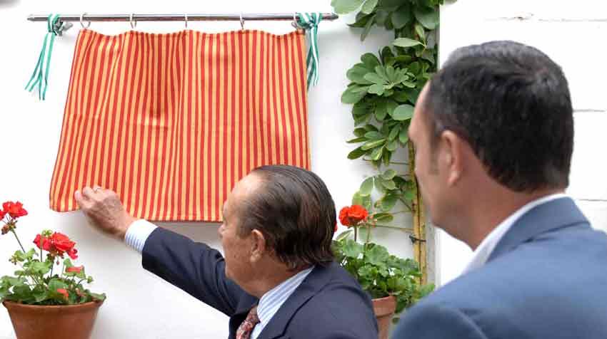 Curro Romero descubre el azulejo de la inauguración.