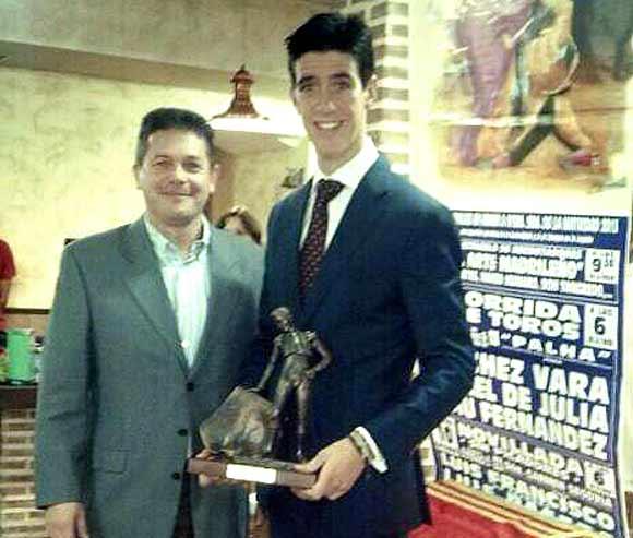 El sevillano Esaú Fernández recoge el premio al 'Triunfador' de la Feria toledana de Méntrida.