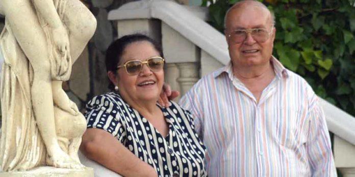 Pedro Escacena junto a su mujer Aurora, en su casa familiar de Tomares. (FOTO: Javier Martínez)