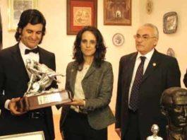 Morante recibiendo el trofeo de la Tertulia Manolete. (FOTO: Cuevas)
