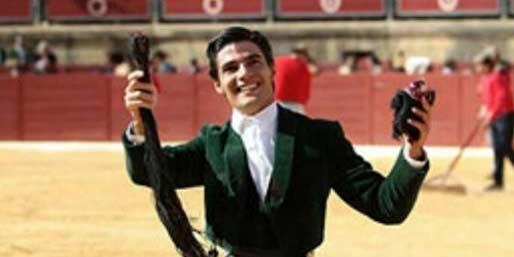 El novillero Pablo Aguado, con las dos orejas y rabo logrados hoy en el festival de Espartinas.