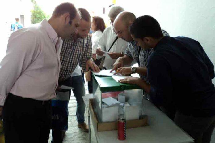 Masiva respuesta en la pasada Feria de San Miguel de los empleados de la plaza en sus elecciones para comité de empresa. (FOTO: Javier Martínez)