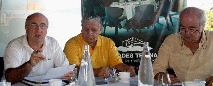 A la izquierda, Diego Martínez, presidente de la Unión Taurina de Abonados, junto con otros miembros de la Asociación. (FOTO: Javier Martínez)