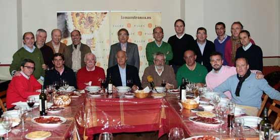 Los empresarios de la Maestranza, junto con parte de la prensa sevillana a la que invitó al reciente almuerzo en el que se produjeron las declaraciones que han terminado por hartar la paciencia de las figuras. (FOTO: Arjona)