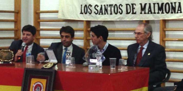 Esaú Fernández, en el centro de la imagen junto al ganadero Victorino Martín, en la entrega del trofeo.