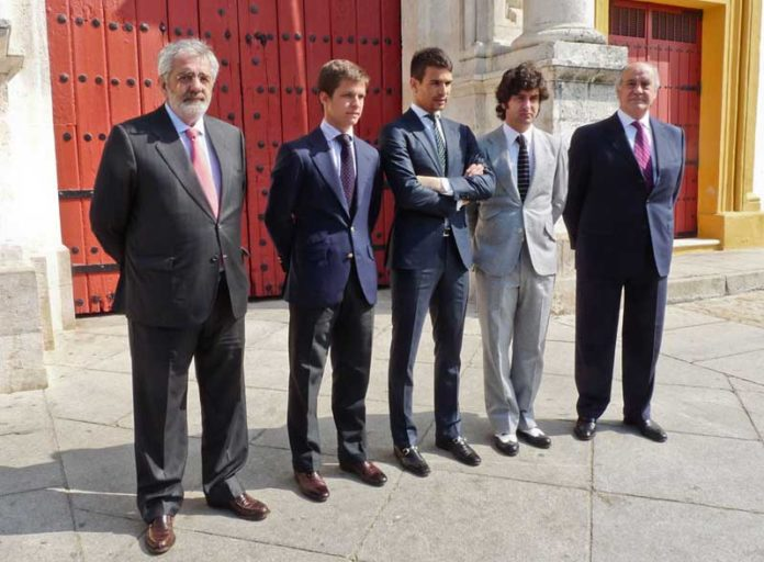 Eduardo Canorea y Ramón Valencia junto a Juli, Manzanares y Morante, tres de las seis figuras que no volverán a torear más en la Maestranza si ellos continúan de empresarios. (FOTO: Paco Díaz)