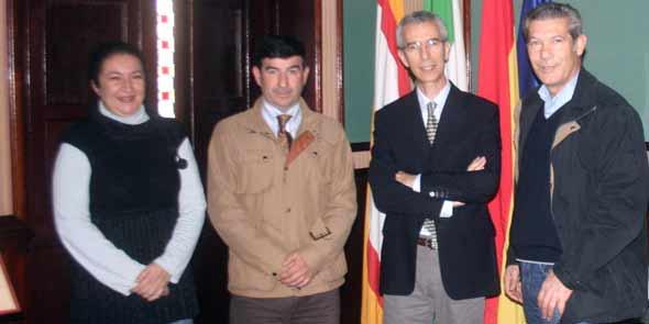 Los nuevos empresarios de la plaza de Utrera, Carmelo García y Curro Durán, con la delegada de Fiestas y el alcalde de Utrera.
