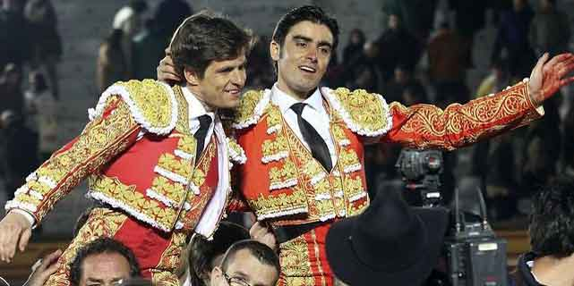 El Juli y Perera se abrazan tras un triunfo de puerta grande. (FOTO: abc.es)