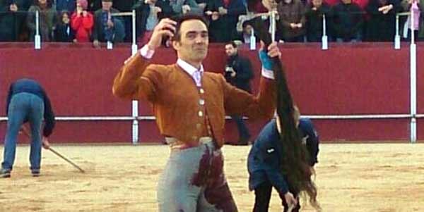 El Cid, con los máximos trofeos conseguidos esta tarde en Candeleda (Ávila).
