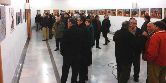 Numeroso público en la inauguración ayer lunes de las exposiciones pictórica y fotográfica del Círculo Taurino de Osuna.
