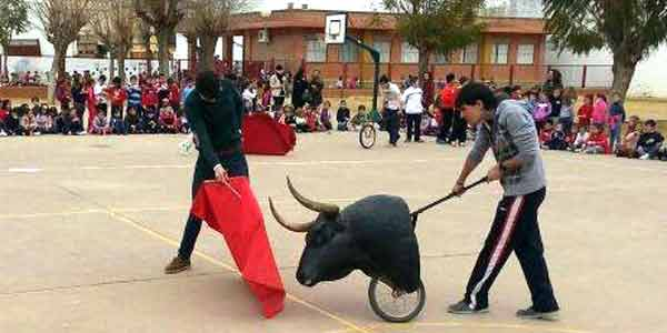 Demostración de toreo de salón de los alumnos de la Escuela Taurina de La Algaba en el colegio Giner de los Ríos.