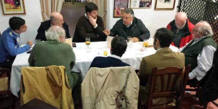 Algunos de los representantes de asociaciones de aficionados que debatieron la grave situación generada en la Maestranza. (FOTO: Paco Diaz)