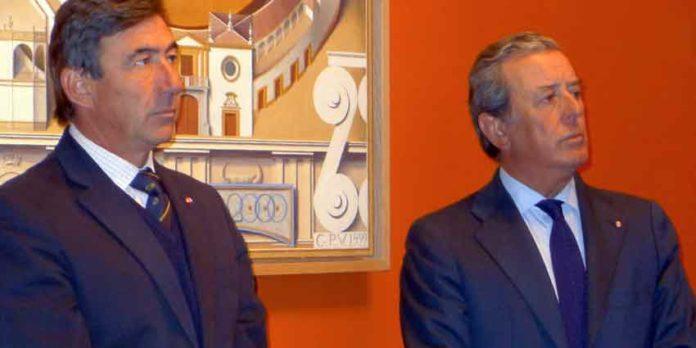 Santiago León, fiscal de la Real Maestranza, y Javier Benjumea, actual teniente de hermano mayor de la Corporación. (FOTO: Paco Díaz)