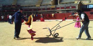 Aficionados prácticos aprenden toreo de salón en la plaza de Espartinas. (FOTO: Sevilla Taurina)