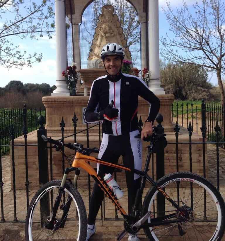 El sevillano El Cid, en una parada de su ruta de ciclo-cross en el Vado del Quema, en Villamanrique de la Condesa.