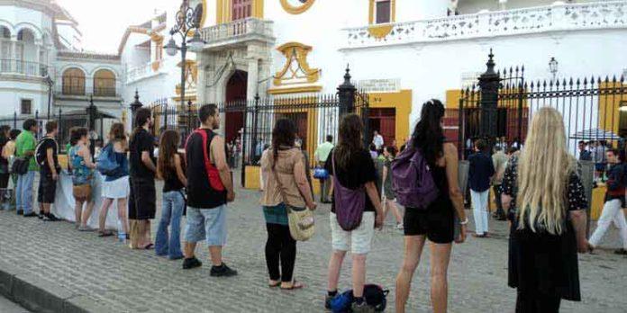 El Gobierno está permitiendo en los últimos años que los antitaurinos se manifiesten en la Puerta del Príncipe, una provocación a posibles incidentes los días de festejos. (FOTO: Javier Martínez)