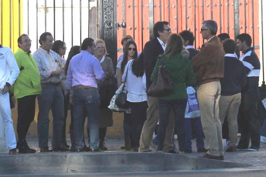 Los seguidores de Oliva Soto iban ocupando la amplia acera de la Puerta del Príncipe.