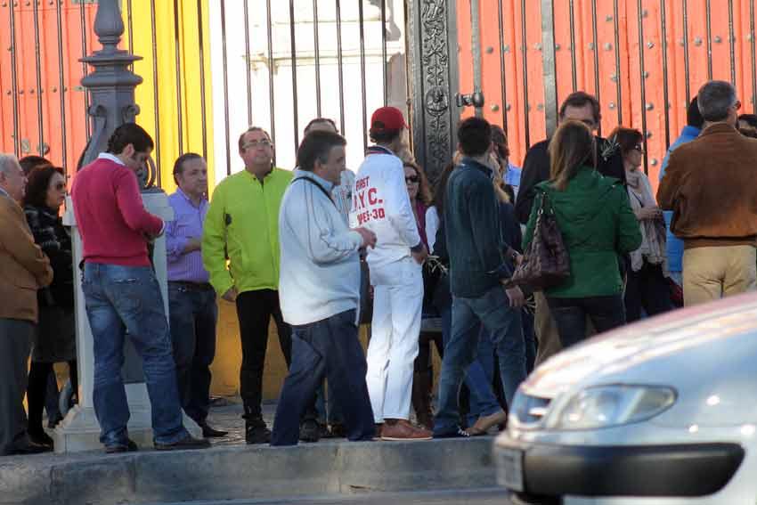 Más de un centenar de aficionados de Camas y Sevilla se concentraban a las cinco y media.