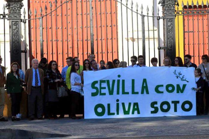 La Policía decidió intervenir justo cuando se desplegó la pancarta reivindicativa con la Maestranza de fondo. (FOTO: Javier Martínez)