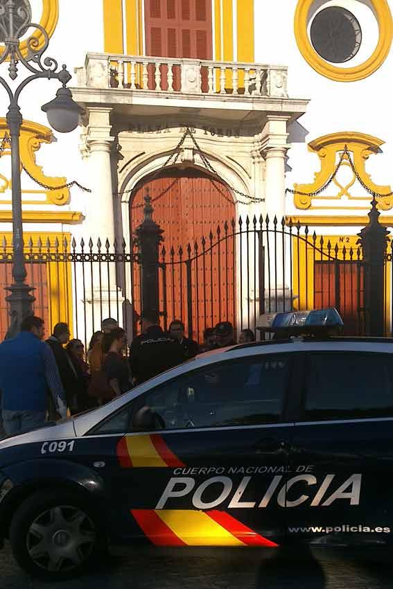 El grupo de aficionados, al ver que el coche-patrulla del otro lado de la calle decidía actuar, replegaron la pancarta.