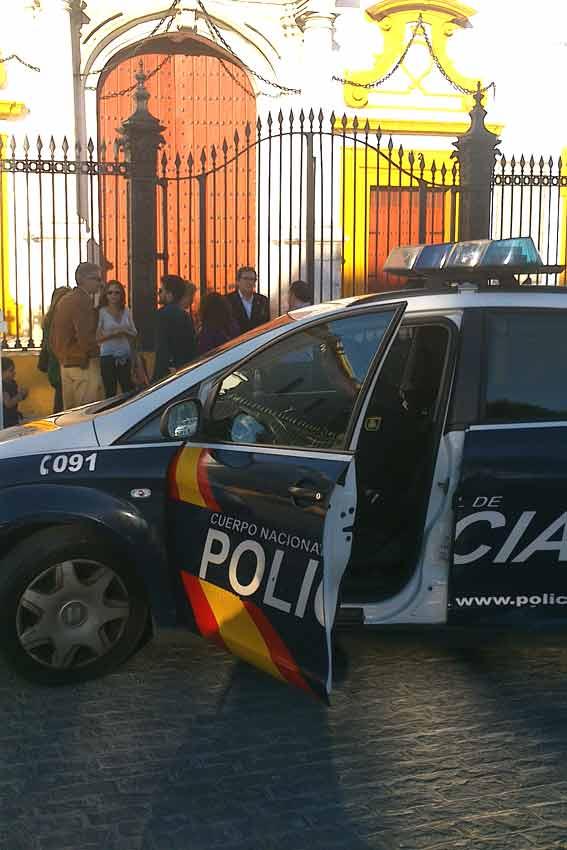 Algunas aficionados con niños decidieron apartarse de la zona ante la llegada activa de la Policía a la Maestranza.