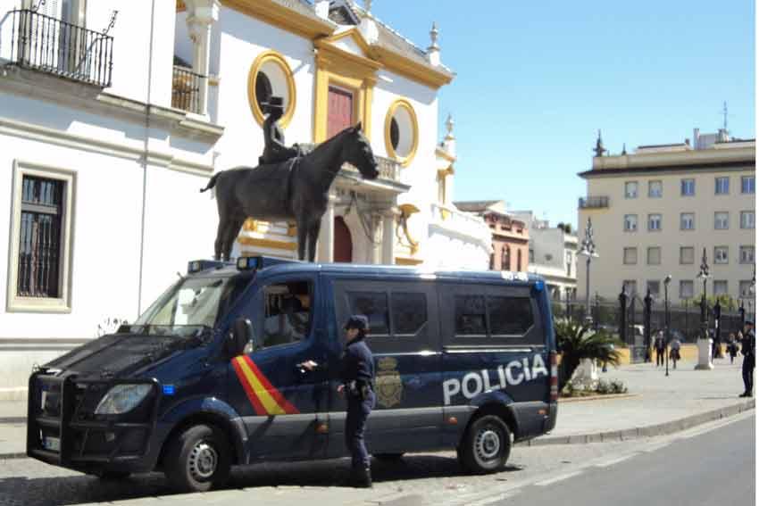 Un furgón antidisturbios llegaba a la Maestranza.