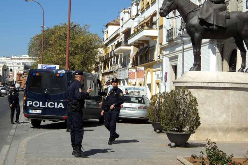 Los agentes antidisturbias se replegaban cerca de la sala.