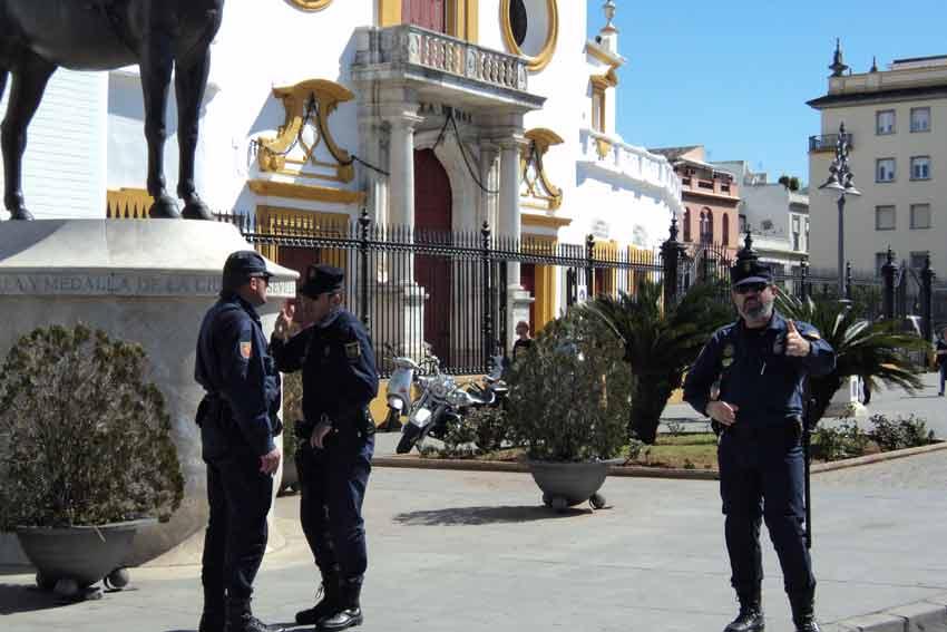 Policías antidisturbios en la Puerta del Príncipe.