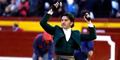 Diego Ventura, con las dos orejas ganadas hoy en Castellón. (FOTO: Arjona)