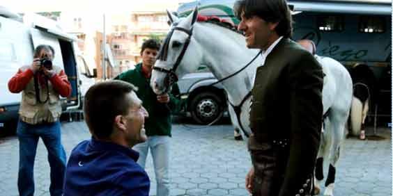 Diego Ventura saluda al banderillero El Chano, postrado en silla de ruedas por una voltereta. (FOTO: Arjona/Toromedia)
