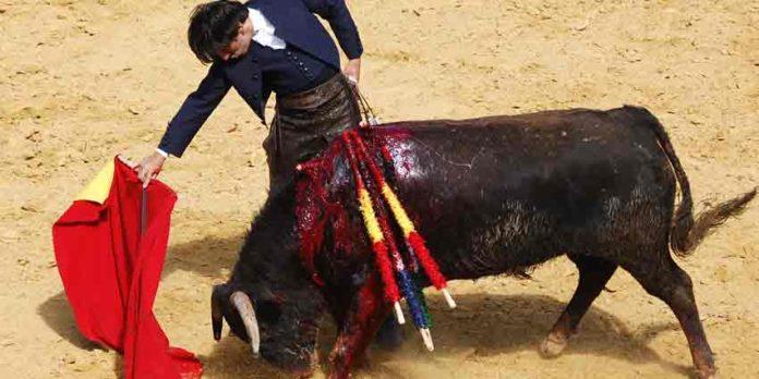 Diego Ventura toreando parte de su segunda faena a pie esta mañana en Paterna del Campo. (FOTO: Teresa Carreto / Huelva Taurina)