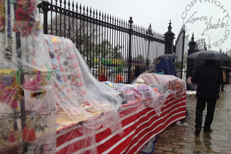 Plásticos para protegerse de la anunciada lluvia.