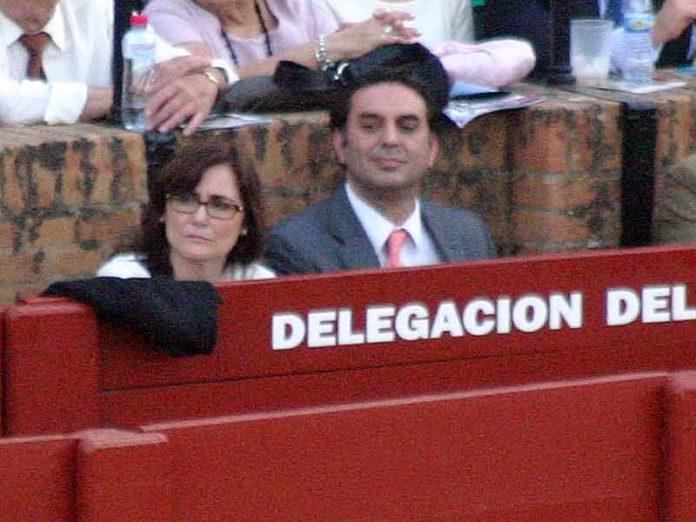 El delegado de la Junta de Andalucía, Javier Fernández, 'trabajando' junto a la alcaldesa de Gerena en el polémico burladero de la Junta en el callejón de la Maestranza. (FOTO: Javier Martínez)