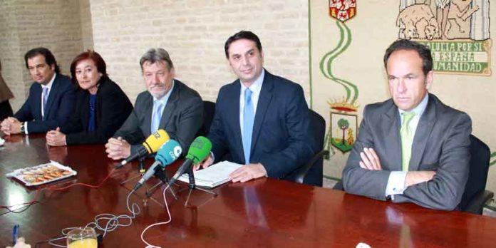 E delegado de la Junta, Javier Fernández, junto a los cuatro presidentes de la Maestranza. (FOTO: Javier Martínez)