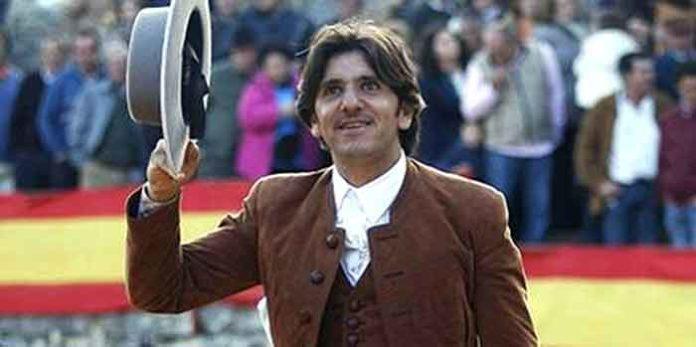 Diego Ventura, saliendo a hombros hoy en Villauenga.