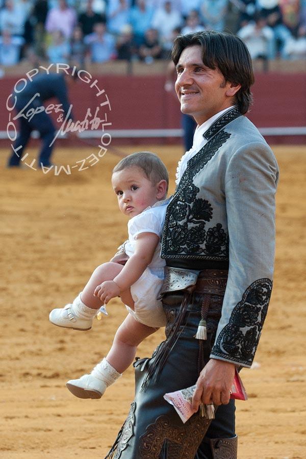 Diego Ventura paseó la vuelta al ruedo de las dos orejas junto a su propio hijo.
