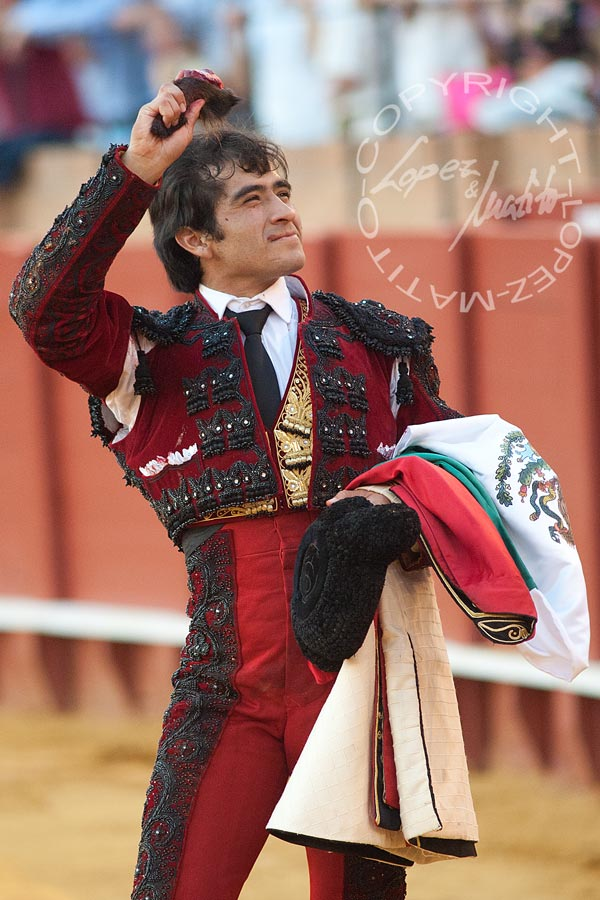 Joselito Adame, con la oreja del sexto. (FOTO: López-Matito))