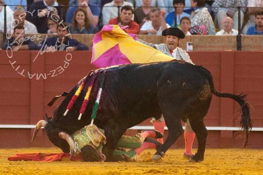 El Manriqueño fue cogido por ell sexto. (FOTO: López-Matito)