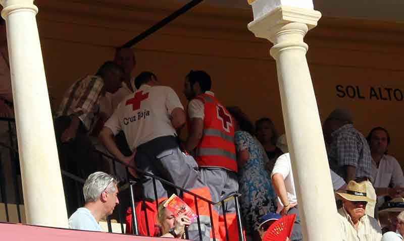 Una asistencia de la Cruz Roja a un aficionado en las gradas de los tendidos de sol.