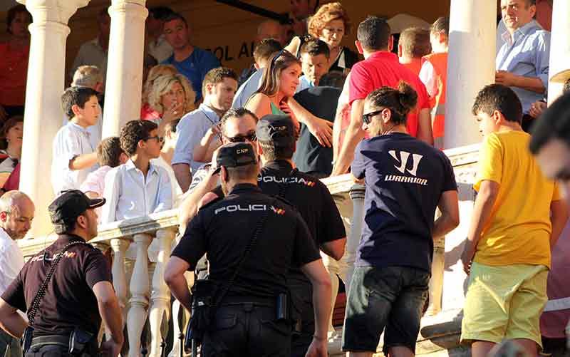 Policías y Cruz Roja en una asistencia bajo el reloj.