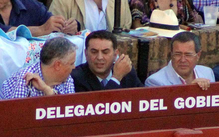 Tras semana y media de 'duro trabajo' en su burladero de la Junta, Javier Fernández se ha ganado unas vacaciones.