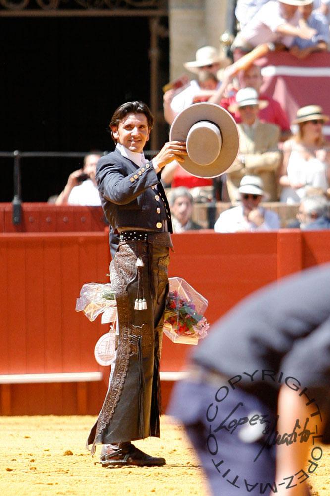 Diego Ventura saluda tras cortar dos orejas en la matinal de rejones (FOTO: López-Matito)