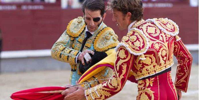 Juan José Padilla le cede la muleta a Manuel Escribano en la confirmación de alternativa hoy en Madrid. (FOTO: las-ventas.com)
