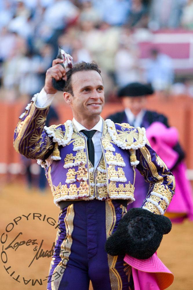 Antonio Ferrera, con la importante oreja ganada en el buen toro cuarto. (FOTO: López-Matito))