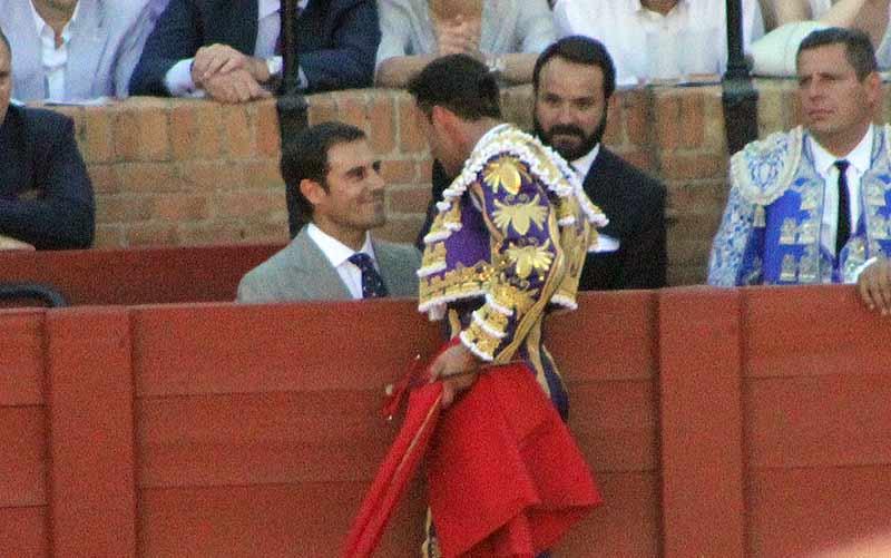 Antonio Ferrera brinda el cuarto toro de su gran faena en Sevilla a su amigo el diestro onubense Miguel Báez 'Litri'.