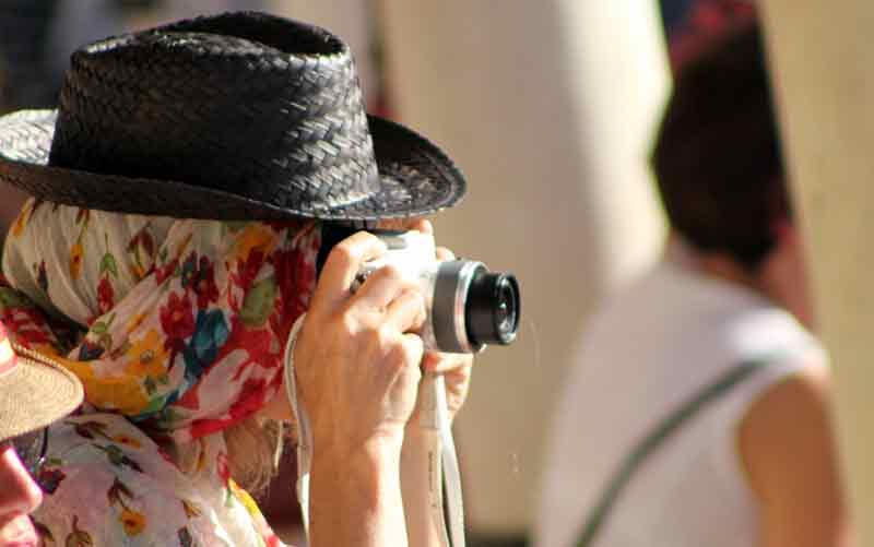 ¿Tendrá también tapados los ojos para hacer las fotos?