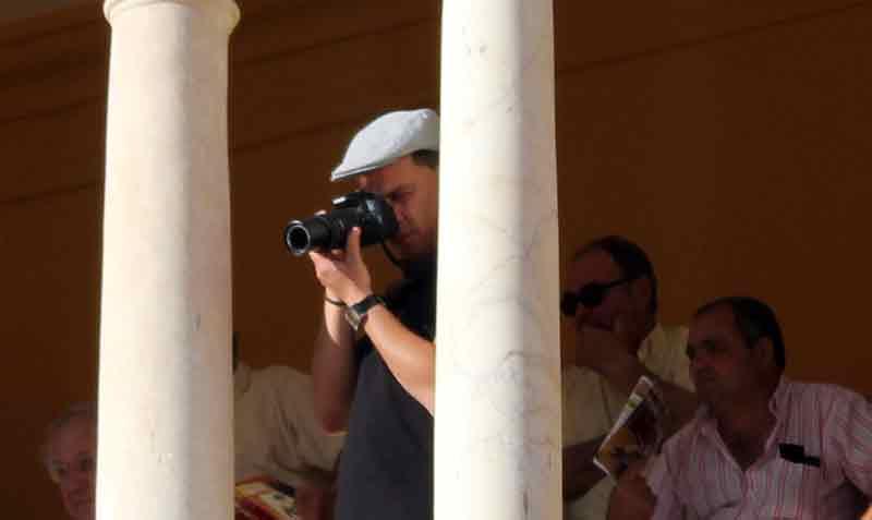 Un tuerista haciendo fotos.